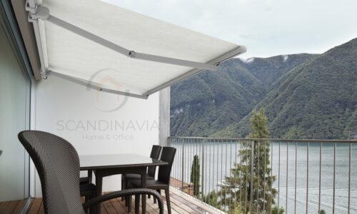 balcone o terrazza con sedia e tavolo